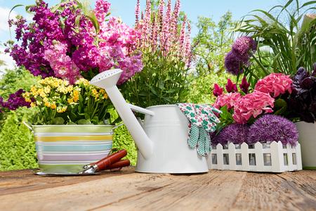 Tuingereedschap op het terras in de tuin Stockfoto