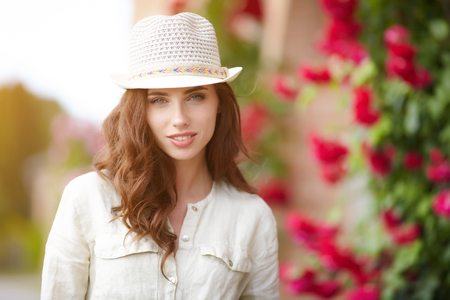 meisje van de zomer in Italië zonnetuin
