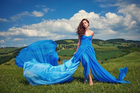 nude young: Портрет красоты женщина в синем платье на холмах Италии