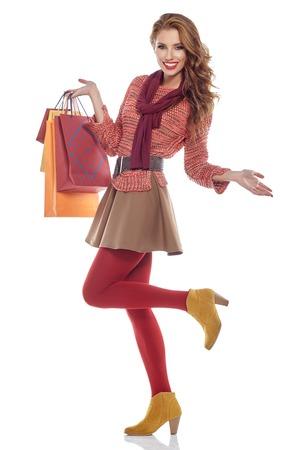 chicas de compras: Mujer joven con bolsas de compra sobre fondo blanco