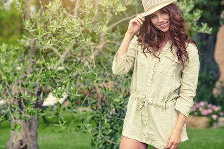 Mooie Jonge Vrouw Openlucht. Geniet van de natuur. Gezond Glimlachend Meisje In De Tuin. Zonnige dag