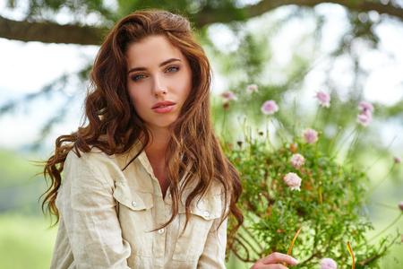 vrouwen: Blanke vrouw lachend gelukkig op zonnige zomer of lente dag buiten in het park.
