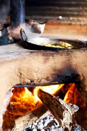 cocina vieja: horno de barro tradicional natural Nepal
