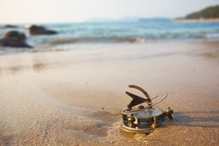 reloj de sol: Panorama de la playa tropical con el reloj de sol de época antigua