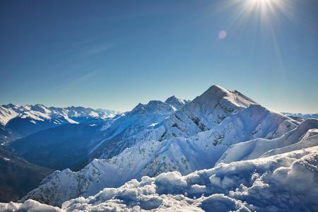 Montagne panorama invernale con piste da sci. Caucaso