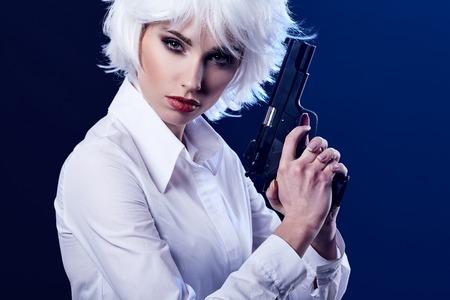 총을 들고 아름 다운 섹시 한 여자입니다. 연기 배경 스톡 콘텐츠