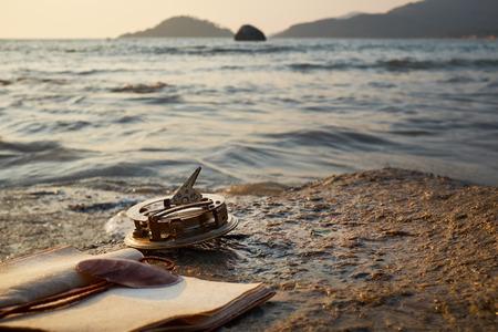 reloj de sol: tropical playa de rocas con el reloj de sol de época antigua y la nota Foto de archivo
