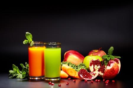 Occhiali con succhi di verdura fresca isolati sul nero. Dieta disintossicante