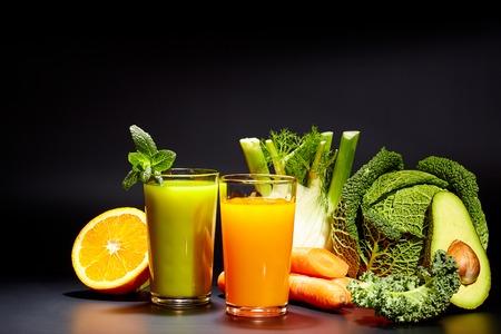 グラス ブラックに分離されて新鮮な野菜ジュースで。デトックス ダイエット。