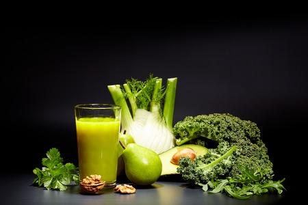 succhi di verdura sane per ristoro e come antiossidante. sfondo nero Archivio Fotografico