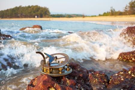 reloj de sol: A�ada reloj de sol en una playa tropical