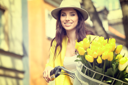 Uitstekende stijlfoto van de lentevrouwen