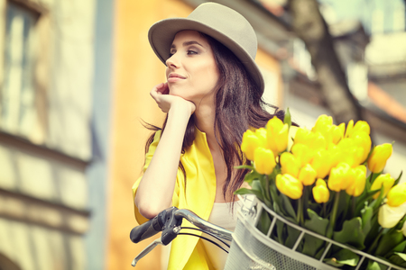 ragazza innamorata: vacanze estive, biciclette, amore, relazioni e incontri concept - primo piano della ragazza andare in bicicletta