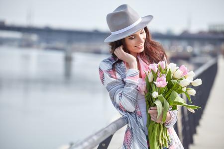 tulip: Piękny nowoczesny młoda kobieta na wiosnę. Kobieta z bukietem tulipanów Zdjęcie Seryjne