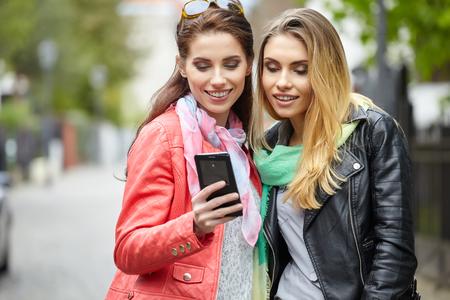 mooie vrouwen: Vrienden maken Selfie. Twee mooie jonge vrouwen maken Selfie Stockfoto