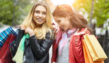 Zwei junge Mode Frauen mit Einkaufstaschen