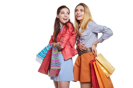 niñas sonriendo: Dos adolescentes sonriendo con bolsas de la compra