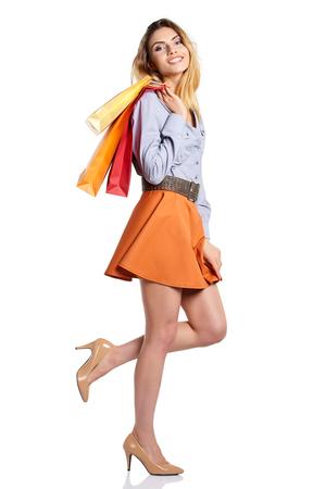 mujeres elegantes: Mujer de compras con sus bolsas de, aislado en el fondo blanco del estudio