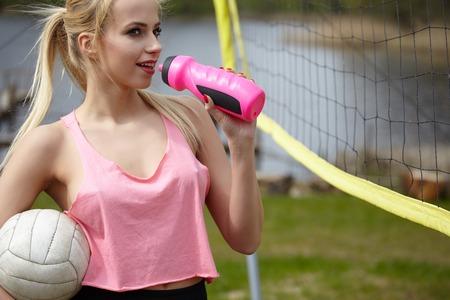 Sommerferien, Sport und Menschen Konzept - junge Frau mit Ball spielen Volleyball Standard-Bild