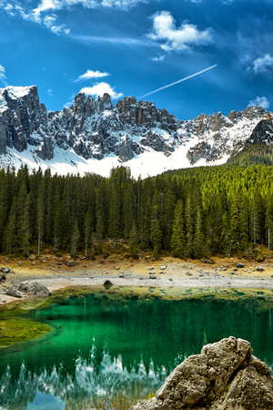 perfectly: Perfectly clear emerald lake in Dolomites