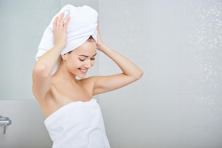Jeune femme dans la salle de bains. Accueil Concept