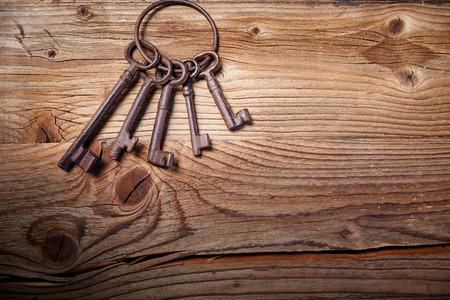 llaves: claves de la medievales oxidadas en la mesa de madera desgastada