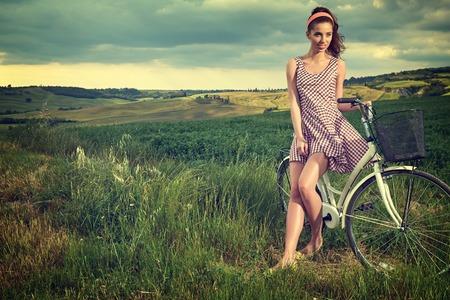 mooi meisje met vintage fiets outdoor, zomer Toscane tijd