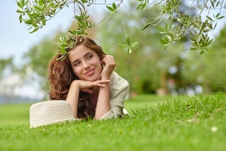 mujeres felices: La mujer caucásica sonriendo feliz en el día soleado de verano o la primavera al aire libre en el jardín.