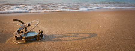 reloj de sol: Añada reloj de sol en una playa tropical