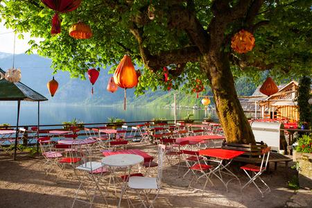 Lampions im leeren Restaurant der Stadt Hallstatt, Österreich