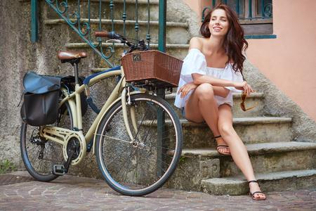 Schönes Mädchen neben dem Fahrrad Standard-Bild - 59439611