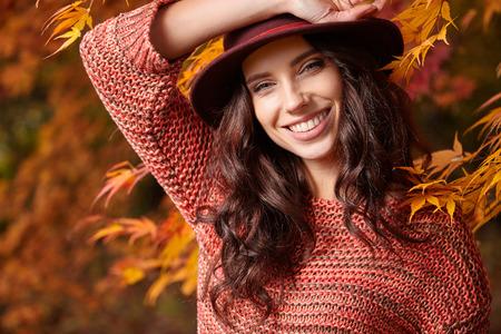 Portrait of a autumn woman on leafs Zdjęcie Seryjne