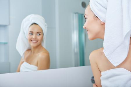 persona feliz: Mujer joven en el baño Foto de archivo