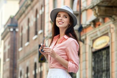 Schöne gleichaltrige junge Frau Touristen zu Fuß auf der Straße