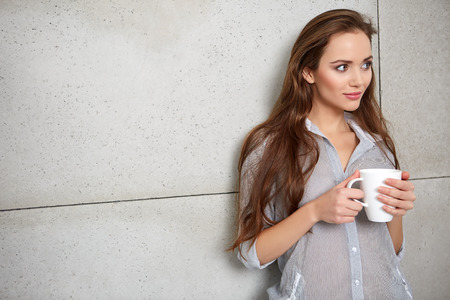 mooie vrouwen: beautiful young woman drinking coffee