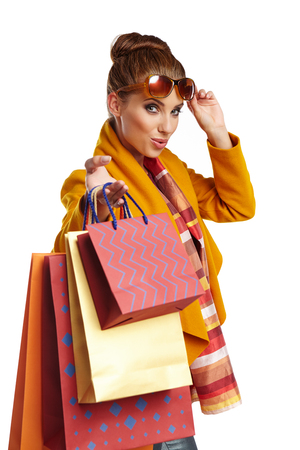chicas comprando: Autumn  woman with shopping bags over white background