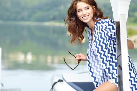 Aantrekkelijk meisje varen op een jacht op zomer dag