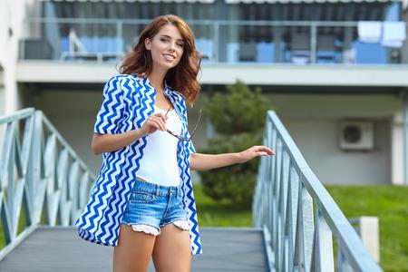 mujer sola: retrato de un modelo de moda joven posando al aire libre fresco y hermoso. retrato al aire libre del verano Foto de archivo