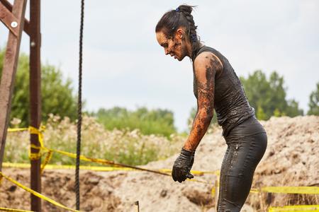 carrera de relevos: Extrim concepto de raza. mujer de supervivencia