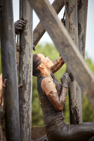carrera de relevos: el concepto de raza extrema. mujer de supervivencia