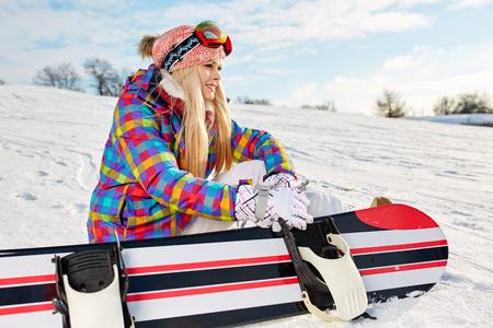 Красивая полная девушка на сноуборде фото