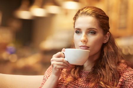 warm colors: Mujer hermosa joven en el café. Colores cálidos.