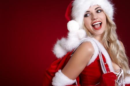 Niña en traje de navidad. Mujer con la caja de regalo de la cinta. Celebración de Santa Claus días de fiesta se relajan concepto de estilo de vida. Foto de archivo