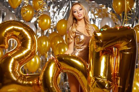 donne eleganti: Beauty woman in gold dress