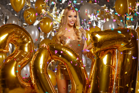 mujeres elegantes: Mujer de la belleza en traje de oro
