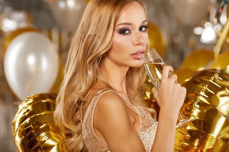 Beauty vrouw in gouden kleding Stockfoto