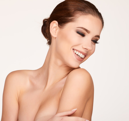transparente: Natural Retrato de belleza. Mujer hermosa del balneario. Piel fresca perfecta Foto de archivo
