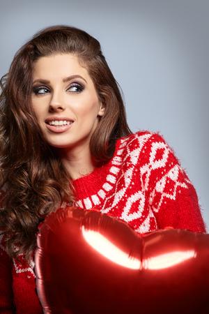 belle jeune femme avec des ballons en forme de coeur