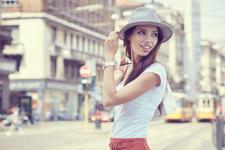 Divatosan öltözött nő az utcán egy kis olasz város, vásárlás koncepció