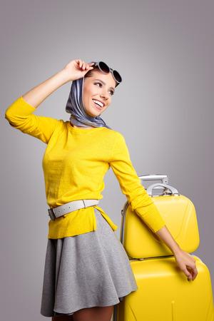 maletas de viaje: Mujer del encanto con la maleta de color amarillo, el concepto de viaje Foto de archivo